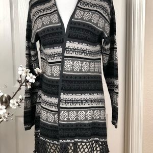 Cardigan type  patterned with fringe black an grey